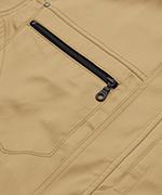 右胸ポケット。物が落ちにくいファスナー仕様