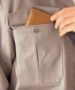 便利なマルチポケット(右胸)