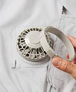 3.服の穴にファンを表側から差し込み、左右にツメ、下にケーブル差し込み口がくるように調整